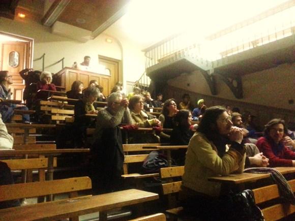 Dans la salle de projection, le public est attentif